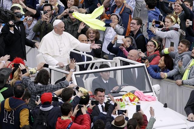 Pápežž Františšek máva mladým ľuďom z otvoreného auta počas príchodu na omššu, ktorú celebroval pre desaťtisíce tínedžžerov v rámci podujatia s názvom Jubileum chlapcov a dievčat na Námestí svätého Petra vo Vatikáne 24. apríla 2016
