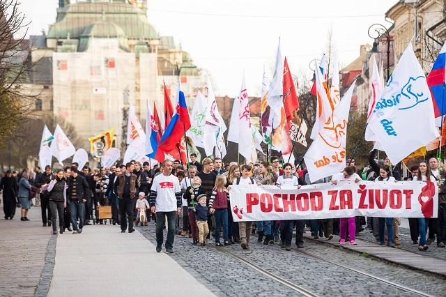 Niekoľko stoviek protestujúcich včera pochodovalo Hlavnou ulicou smerom k Ústavnému súdu, ktorý pred pár rokmi rozhodol o ústavnosti potratového zákona len o jeden hlas sudcu