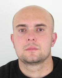 """Na snímke je nezvestný 31-ročný Peter Bobovnický. Nezvestný muž je približne 180 centimetrov vysoký, plnoštíhlej postavy. Má vyholenú hlavu, hnedé oči a kolísavú chôdzu. Naposledy mal oblečené čierne tepláky s bielymi vzormi, čiernu mikinu s kapucňou, tmavomodrú šiltovku, obuté mal čierno-biele tenisky. """"Menovaný je nezvestný od 16. apríla, kedy približne o 15.00 h odišiel z Nemčinian, kde sa dlhodobo zdržiaval u svojich príbuzných. Odvtedy sa zdržiava na neznámom mieste a doposiaľ nepodal o sebe žiadnu správu,"""""""