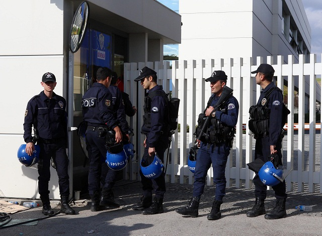 Na asrch=ivnej snímke tureckí policajti