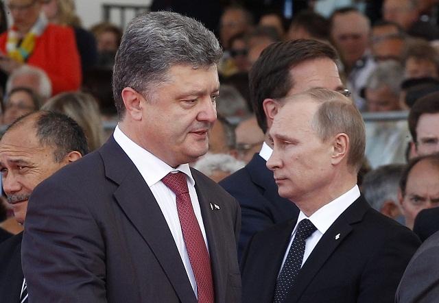 Na archívnej snímke Petro Porošenko (vľavo) a Vladimir Putin