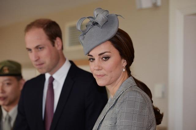 Britský princ William (uprostred) a jeho manželka Kate (vpravo)