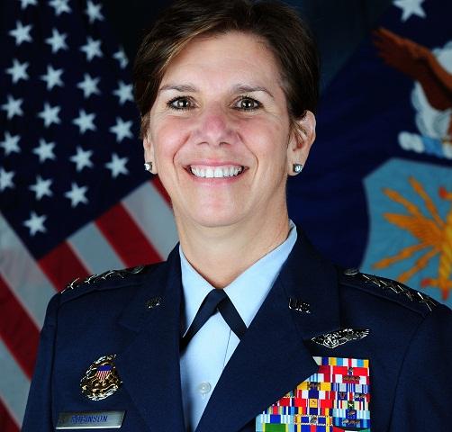 Na nedatovanej snímke, ktorú poskytlo americké letectvo, je generálka amerického letectva Lori Robinsonová.  Americký prezident Barack Obama sa chystá do čela významného amerického vojenského veliteľstva nominovať po prvý raz ženu - generálku amerického letectva Lori Robinsonovú