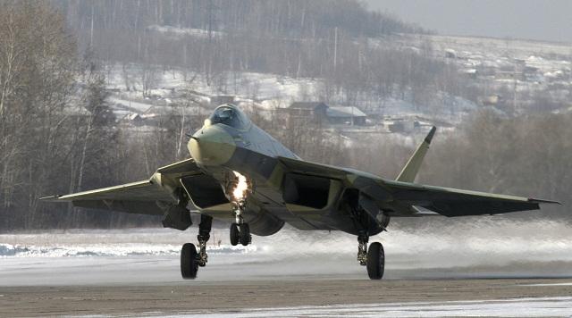Na archívnej snímke prototyp ruskej stíhačky Suchoj T-50  piatej generácie na leteckej základni v Komsomoľsku