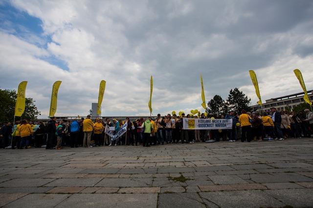 Na snímke protest Odborového zväzu pracovníkov školstva a vedy na Slovensku a partnerských  reprezentatívnych organizácií pôsobiacich v školstve pred Úradom vlády SR v Bratislave