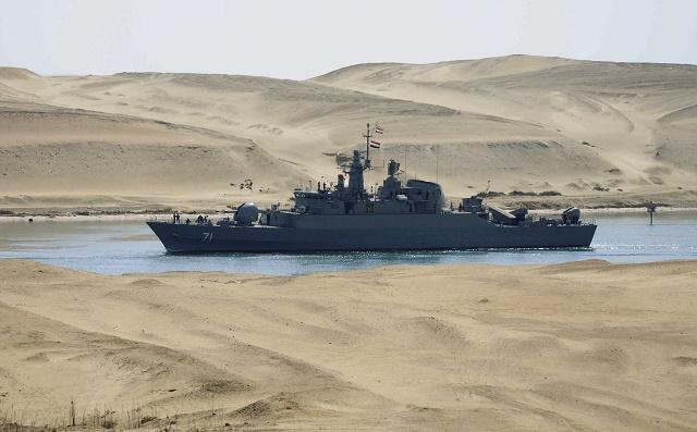 Na snímke iránska bojová loď IS Alvand sa plaví Suezským prieplavom v egyptskej Ismailíji