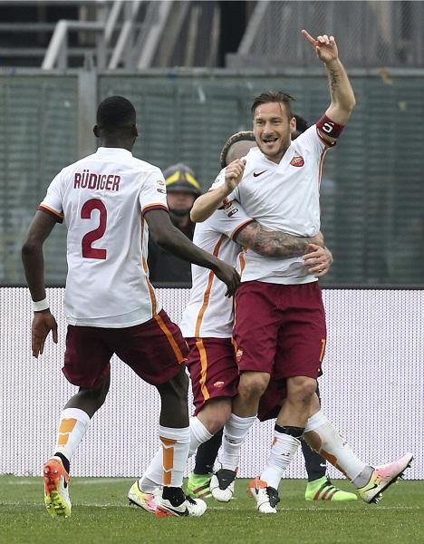 Na snímke hráč AS Rím Francesco Totti sa teší vyrovnávajúcemu gólu v zápase 33. kola talianskej futbalovej Serie A Atalanta Bergamo - AS Rím v Bergame 17. apríla 2016
