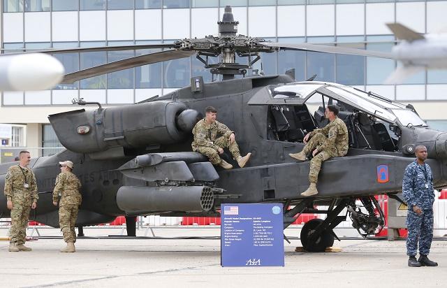 Americký vojenský vrtuľník AH-64D Apache