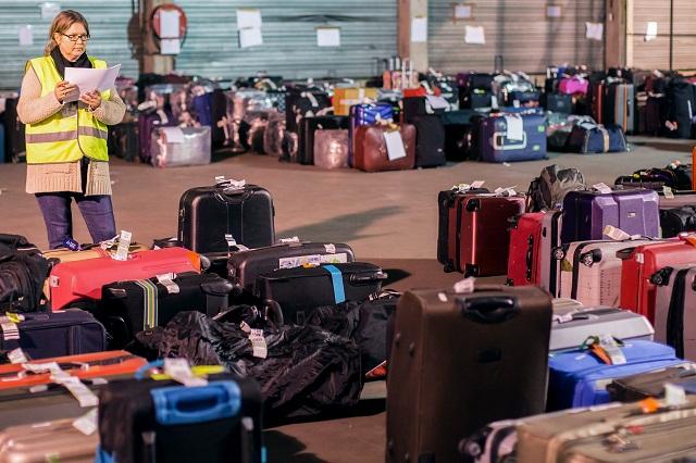 Na archívnej snímke batožina pasažierov uschovaná v sklade pri letisku Zaventem v Bruseli po  teroristických útokoch