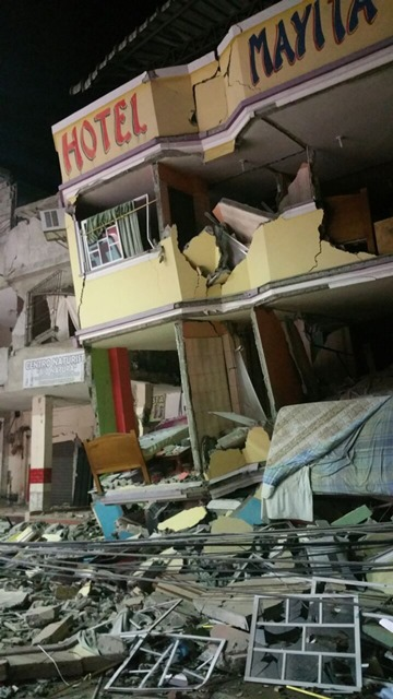 Na snímke trosky hotela v meste Manta v Ekvádore po silnom zemetrasení