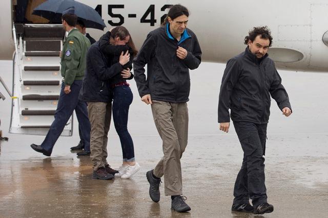Na snímke trojica španielskych novinárov  Antonio Pampliega (v pozadí), Ángel Sastre (vpravo) a José Manuel López