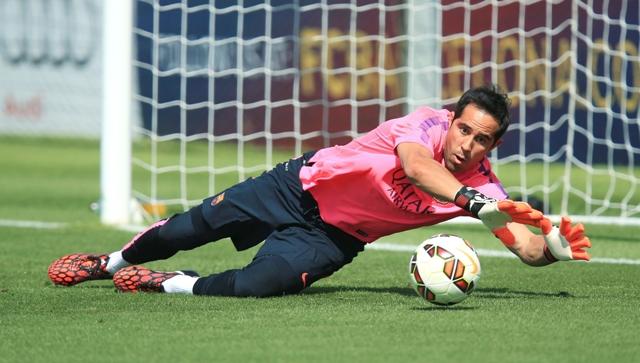 Na snímke brankár FC Barcelona Claudio Bravo