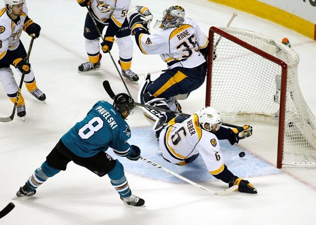Hráč Sharks Joe Pawelski (dole vľavo) strieľa gól pod obrancom Predators Sheom Weberom (vpravo) a brankárom Pekkom Rinnem v druhom zápase semifinále Západnej konferencie hokejovej NHL Nashville Predators - San José Sharks