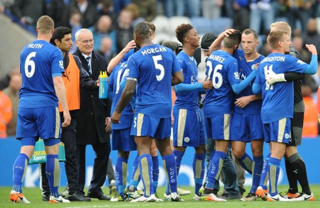 Na snímke tréner Leicesteru Claudio Ranieri (tretí vľavo)