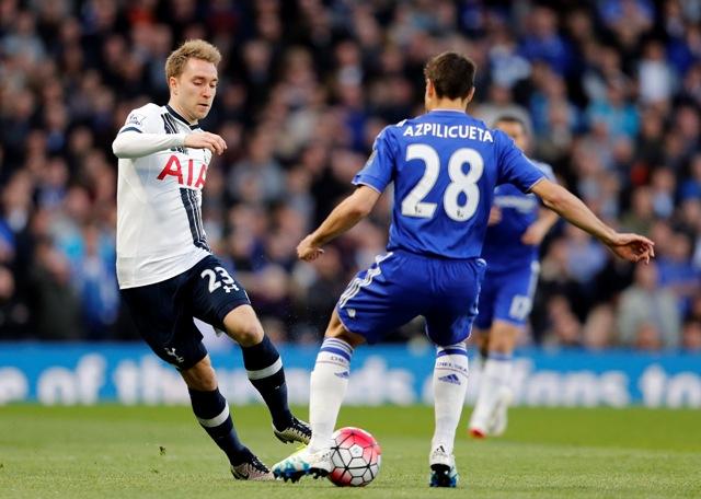 Hráč Chelsea Cesar Azpilicueta (vpravo) v súboji s  Christianom Eriksenom z Tottenhamu vo futbalovom zápase anglickej Premier League medzi Chelsea Londýn - Tottenham Hotspur