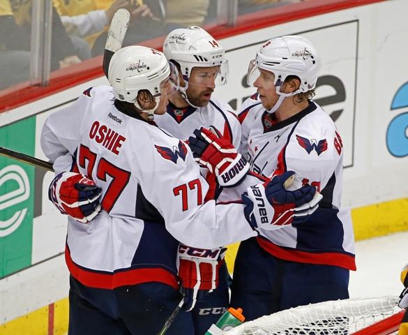 Na snímke zľava hráči Capitals T.J.Oshie, Justin Williams a Nicklas Backstöm oslavujú gól v treťom zápase semifinále play off Východnej konferencie NHL Washington Capitals - Pittsburgh Penguins