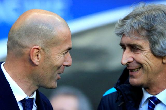 Na snímke vľavo tréner Realu Madrid Zinedine Zidane a vpravo tréner Manchestru City Manuel Pellegrini