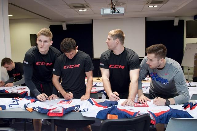 Na snímke zľava Pavol Skalický, Libor Hudáček, Michal Sersen a Martin Bakoš podpisujú reprezentačné dresy