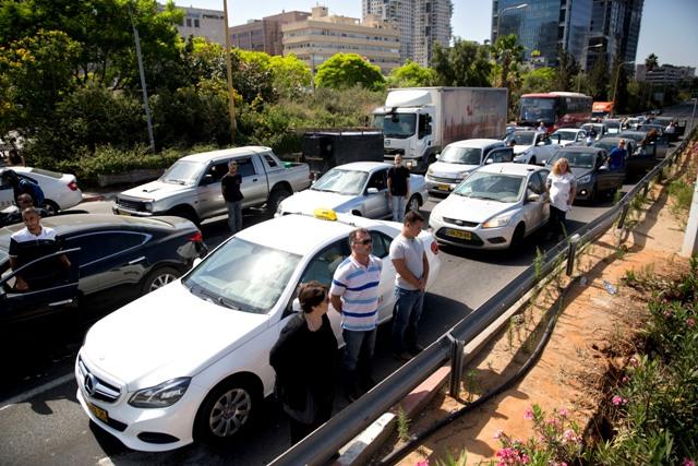Izraelčania stoja ticho vedľa automobilov počas znenia sirén za obete holokaustu 5. mája 2016 v Tel Avive