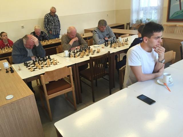 Na snímke Juraj Druska a šachoví súperi
