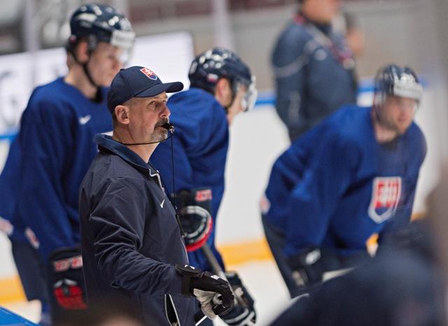 Na snímke tréner slovenskej hokejovej reprezentácie Zdeno Cíger počas tréningu v Športovom paláci Jubilejnyj v Petrohrade, v ktorom slovenskí hokejisti odohrajú svoje zápasy základnej B - skupiny na 80. majstrovstvách sveta v ľadovom hokeji