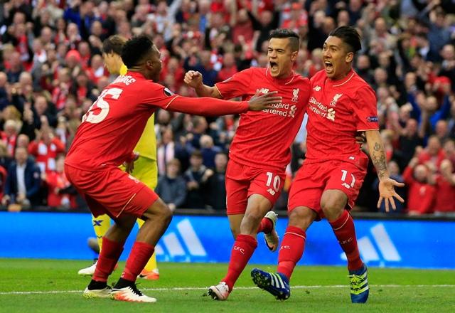 Na snímke futbalisti Liverpoolu - zľava - Daniel Sturridge, Philippe Coutinho a Roberto Firmino sa tešia po strelení úvodného gólu v odvetnom semifinálovom zápase Európskej ligy FC Liverpool - FC Villarreal