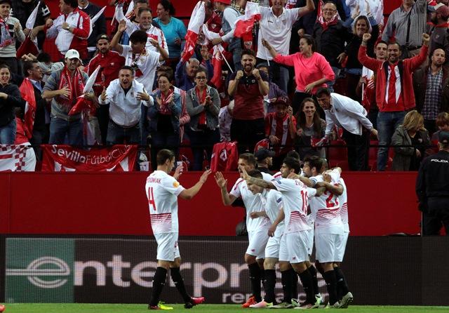 Hráč Sevilly Kevin Gameiro oslavuje so spoluhráčmi úvodný gól do bránky Šachtaru vo futbalovom zápase odvety semifinále Európskej ligy FC Sevilla - Šachtar Doneck