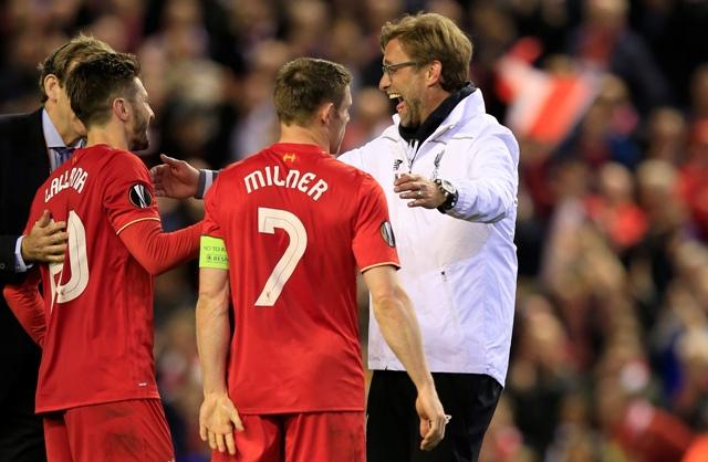 Na snímke vpravo tréner Liverpoolu Jürgen Klopp oslavuje s hráčmi, vľavo Adam Lallana a uprostred James Milner v odvete semifinále Európskej ligy vo futbale FC Liverpool - FC Villarreal (3:0)