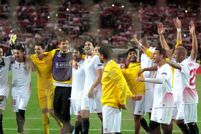 Na snímke hráči Sevilly oslavujú víťazstvo a postup do finále po odvete semifinále Európskej ligy vo futbale FC Sevilla - Šachtar Doneck (3:1)