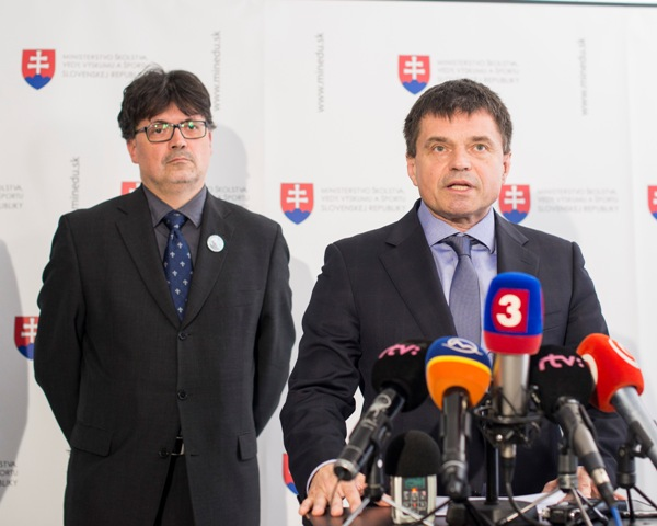 Na snímke vpravo minister školstva, vedy, výskumu a športu SR Peter Plavčan, vľavo v pozadí prezident Združenia katolíckych škôl Slovenska (ZKŠS) Ján Horecký