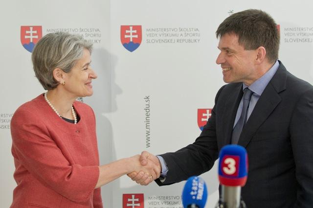 Na snímke zľava generálna riaditeľka UNESCO Irina Bokovová a minister školstva, vedy, výskumu a športu SR Peter Plavčan
