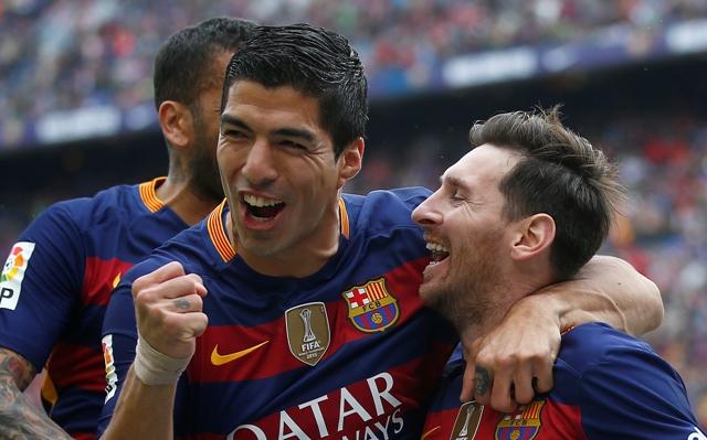 Hráč FC Barcelony Lionel Messi (vpravo) sa raduje po góle so spoluhráčom Luisom Suarezom v zápase 37. kola španielskej La Ligy proti  Espanyol Barcelona