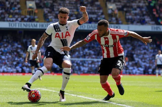 Kyle Walker (vľavo) z Tottenhamu Hotspur a Ryan Bertrand zo Southamptonu v zápase 37. kola anglickej Premier League