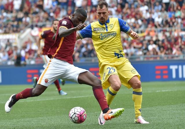 Antonio Rudiger (vľavo) z AS Rím a Fabrizio Cacciatore z Chieva Verona v zápase 37. kola talianskej Serie A