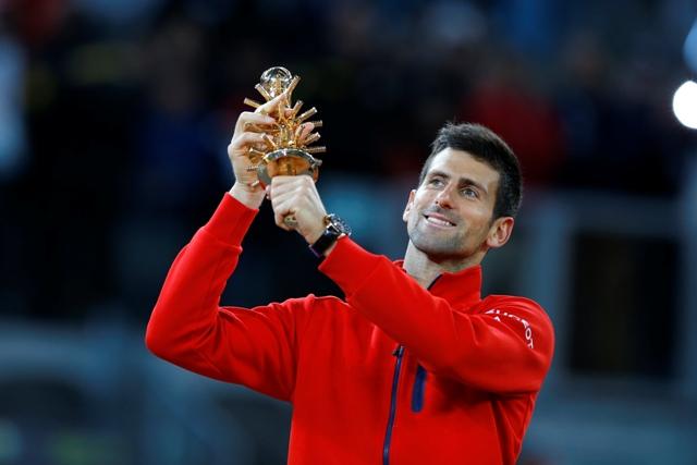 Srbský tenista Novak Djokovič pózuje s trofejou po víťazstve vo finále mužskej dvojhry nad Britom Andym Murrayom na turnaji ATP Master 1000