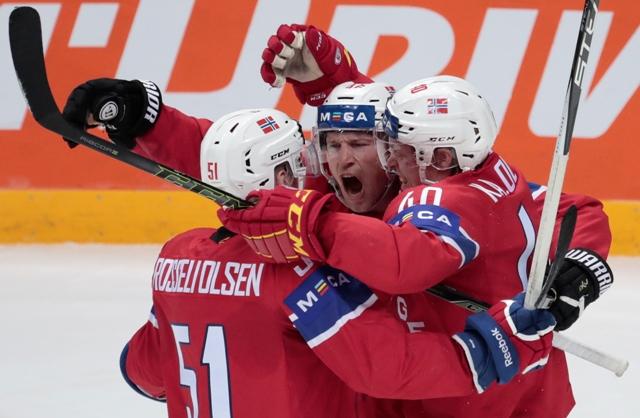 Nórski hokejisti Mathis Olimb (uprostred), Ken André Olimb (vpravo) a Mats Rosseli Olsen sa tešia z gólu počas zápasu základnej A-skupiny Nórsko - Švajčiarsko na Majstrovstvách sveta v ľadovom hokeji