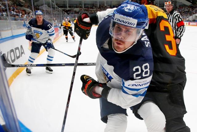 Fínsky hokejista Ville Pokka (v popredí) a Yannic Seidenberg z Nemecka počas zápasu základnej B-skupiny Fínsko - Nemecko na Majstrovstvách sveta v ľadovom hokeji