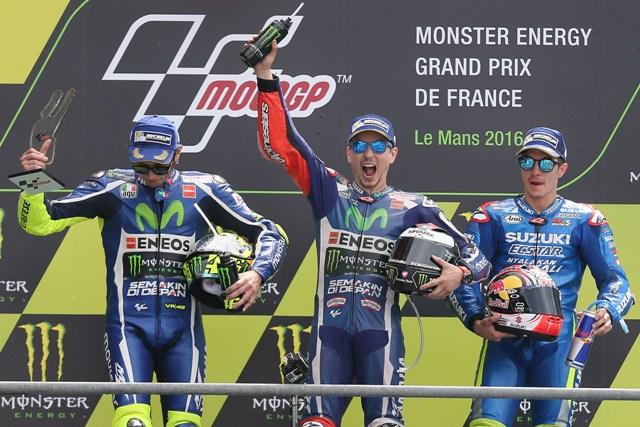 Španiel Jorge Lorenzo (uprostred)sa raduje počas osláv svojho víťazstva na Veľkej cene Francúzska triedy MotoGP na okruhu v Le Mans