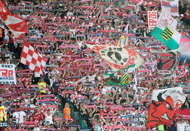 Fanúšikovia klubu RB Lipsko oslavujú v zápase II. nemeckej ligy proti Karlsruhe SC