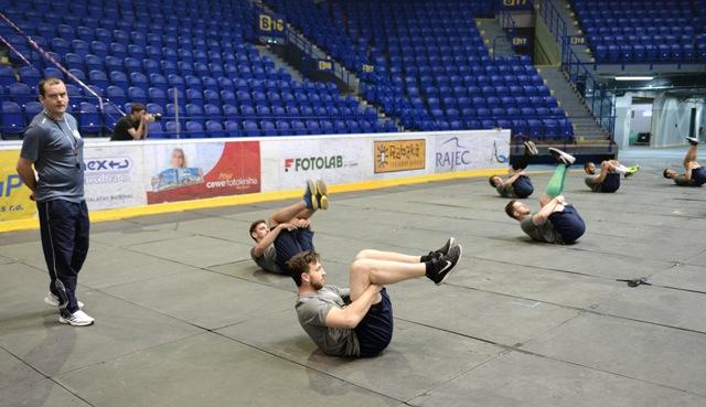 Prípravu vedie asistent trénera Marcel Šimurda  (na snímke vľavo) a kondičný tréner Daniel Kičura