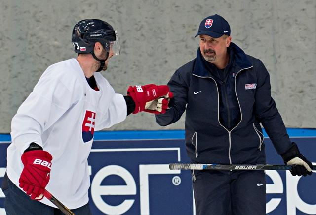 Na snímke vpravo tréner Zdeno Cíger a vľavo Tomáš Jurčo počas tréningu slovenských hokejistov v tréningovej hale Športového paláca Jubilejnyj v Petrohrade