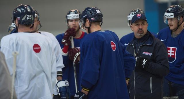 Na snímke druhý vpravo tréner slovenkých hokejistov Zdeno Cíger  počas tréningu v tréningovej hale Športového paláca Jubilejnyj v Petrohrade