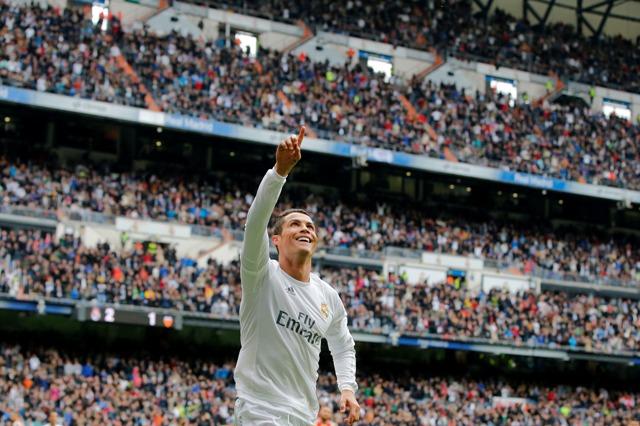 Cristiano Ronaldo z Realu Madrid sa teší zo svojho druhého gólu v zápase 37. kola španielskej La Ligy proti Valencii