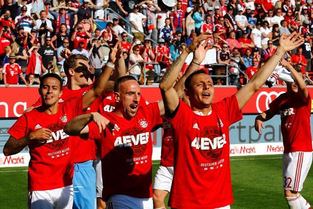 Hráči Bayernu Mníchov, sprava Rafinha, Franck Ribéry a Thiago sa tešia po zisku rekordného 25. titulu v bundeslige po zápase 33. kole nemeckej bundesligy FC Ingolstadt 04 - Bayern Mníchov