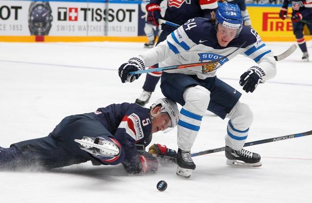 Na snímke hráč Fínska Mikael Granlund (vpravo) a hráč USA Connor Murphy v zápase B-skupiny MS v hokeji Fínsko - USA v Petrohrade