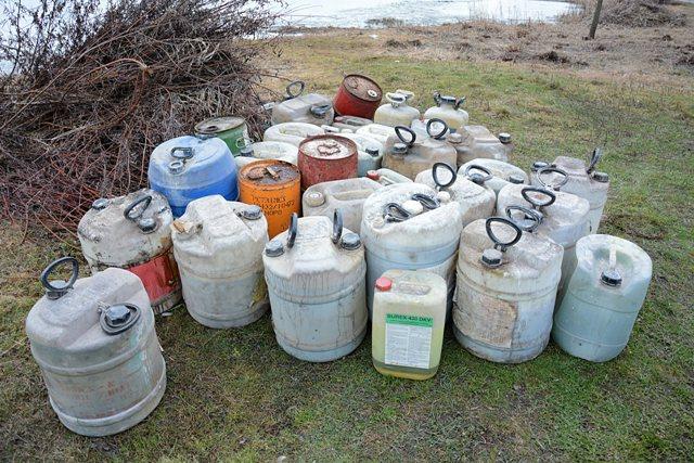 Pri štrkovisku v Ilave vyložili nádoby s nebezpečným odpadom