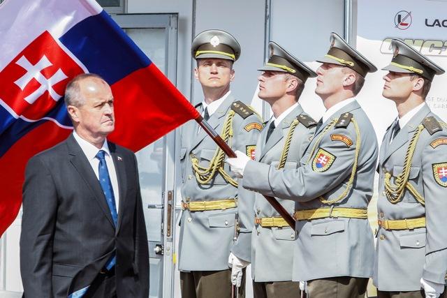 Na snímke minister obrany SR Peter Gajdoš (vľavo) počas 6.ročníka medzinárodného veľtrhu obrannej techniky IDEB 2016