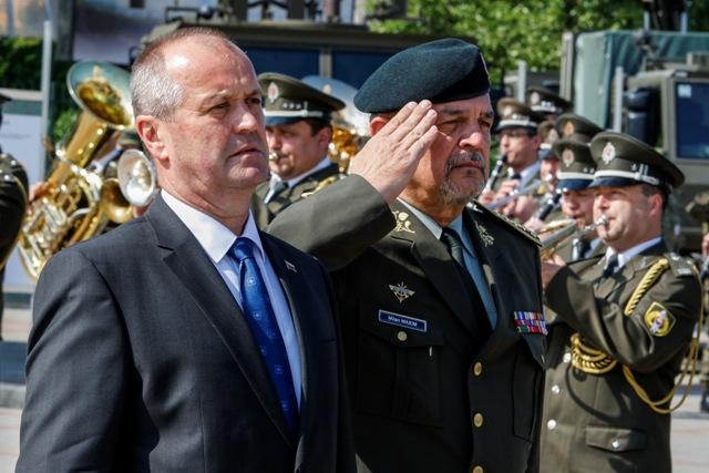 Na snímke minister obrany SR Peter Gajdoš (vľavo) a náčelník Generálneho štábu OS SR Milan Maxim počas 6.ročníka medzinárodného veľtrhu obrannej techniky IDEB 2016