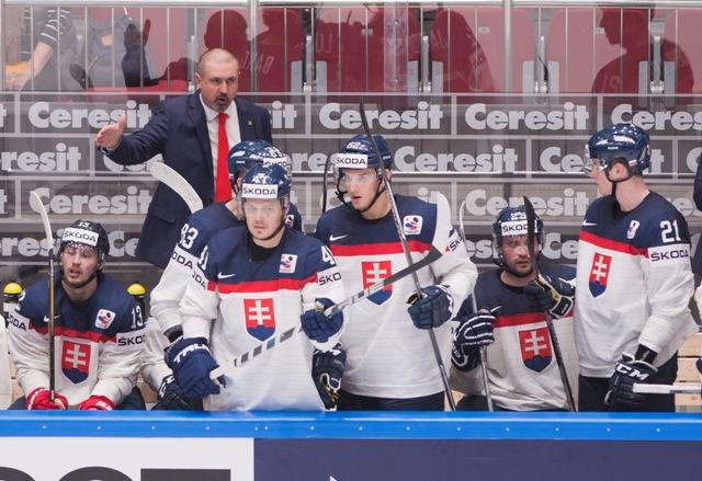 Na snímke hore tréner reprezentácie Zdeno Cíger, dole zľava Tomáš Jurčo, Patrik Lušňák, Cristian Jaroš, Marek Viedenský a Peter Cehlárik v zápase základnej B - skupiny Majstrovstiev sveta v ľadovom hokeji medzi Slovenskom a Nemeckom