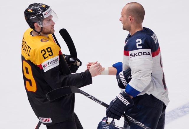 Na snímke vpravo kapitán Slovenska Andrej Sekera blahoželá k víťazstvu svojmu klubovému spoluhráčovi z Edmontonu Oilers Leonovi Draisaitlovi